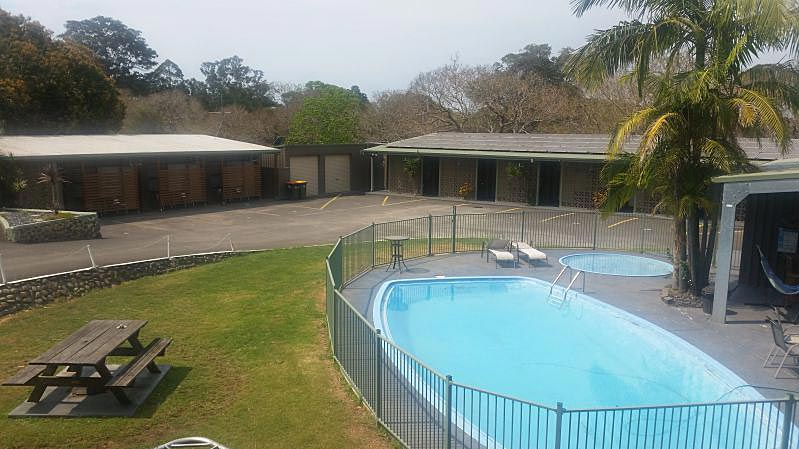Swimming Pool and Barbeque facilities at Motel Kempsey